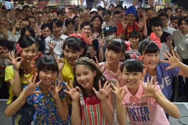 ファンと一緒に記念撮影する新谷ゆづみ、小林もも、植村友結、宮田くるみ(後列左から)、加藤結、小島華蓮、黒澤美澪奈(前列左から)