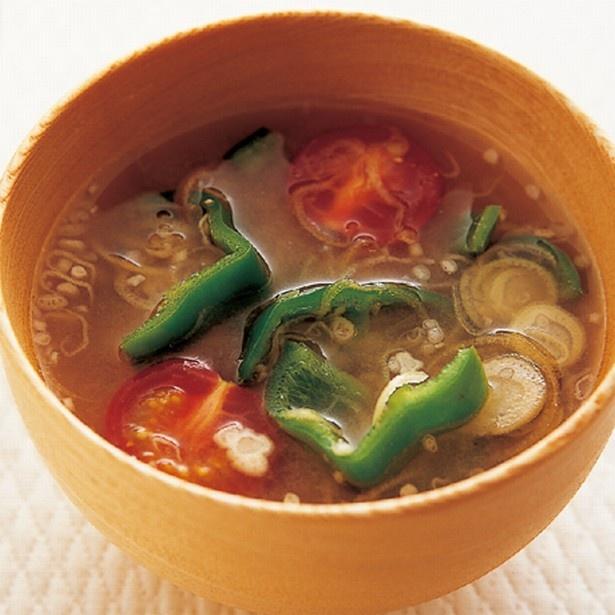 カリウムが豊富な野菜のシンプルレシピ。「焼きピーマンとトマトのみそ汁」