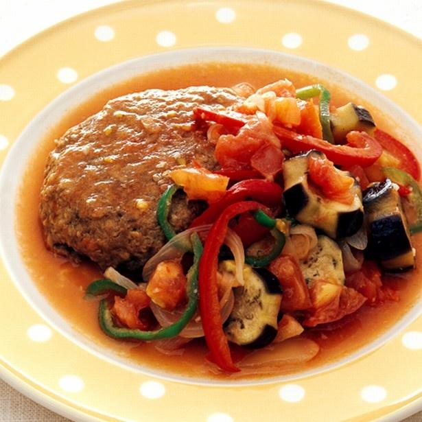 トマトのうまみを生かしたさっぱり味。「ハンバーグの夏野菜たっぷりソース」