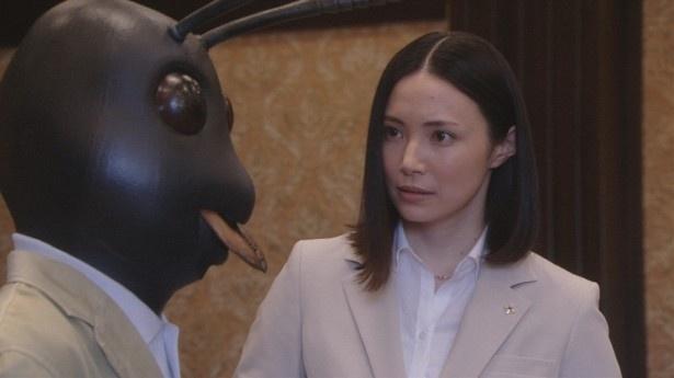 【写真を見る】検察官はアリを問い詰めていく