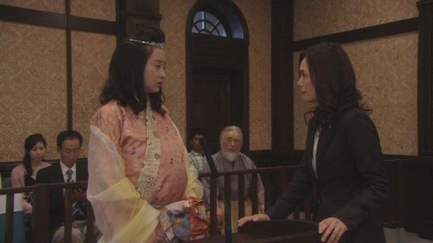 被告人の乙姫と検察官(奥貫薫 )