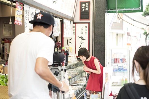 【写真を見る】謎の少女・サキを演じる生駒里奈が商店街へ