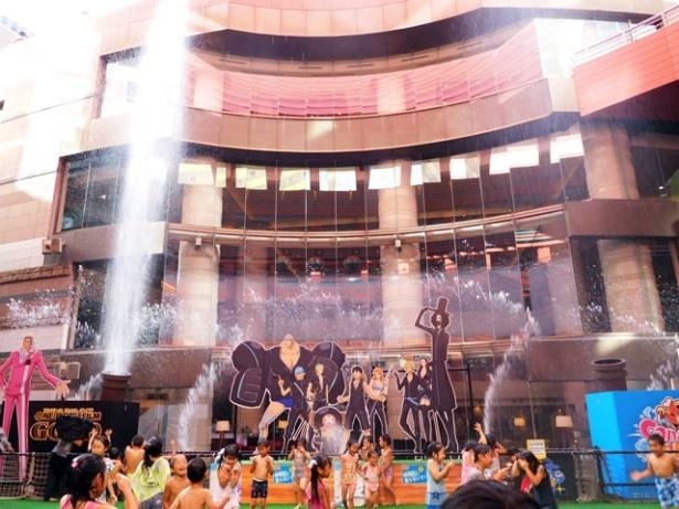 映画の音楽などとともに、高さ約25mまで吹きあがる噴水に子どもたちも夢中!