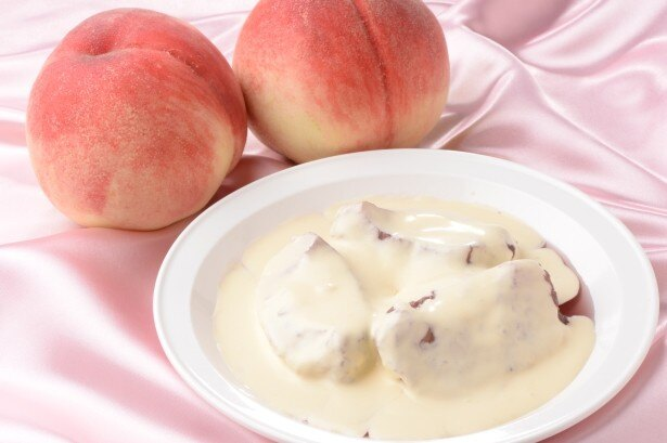 ア ラ ミニュットの「山梨産 桃のコンポート」(税抜1200円)は桃を赤ワインで煮込んだ1日5皿限定の大人の味わい