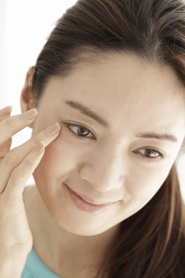 【写真を見る】全顔につけたあと、目もとなどは重ねづけを。薬指を使うと肌に負担がかかりにくい