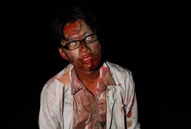「OBAKEN ZOMBIE CAMP 2016」に登場する血まみれのゾンビ