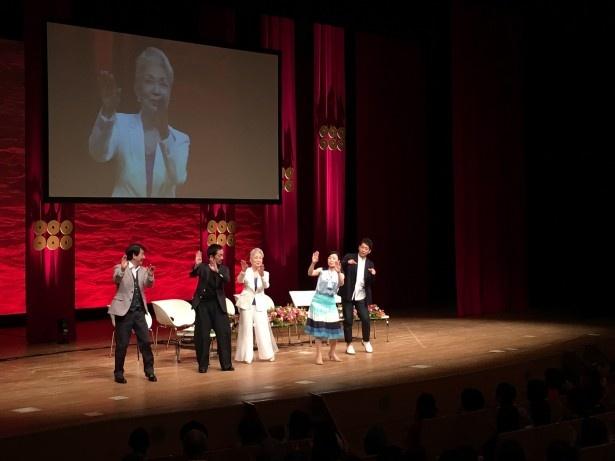 """こう役の長野里美は作中でも披露した""""雁金踊り""""を来場客に伝授!"""