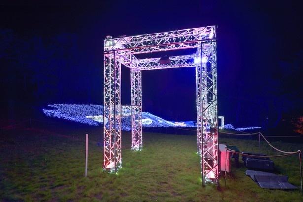 クライマックスの「光の双龍」を望む「幸福(しあわせ)のゲート」。ゲートをくぐると、周辺のイルミネーションが変化する仕掛けも