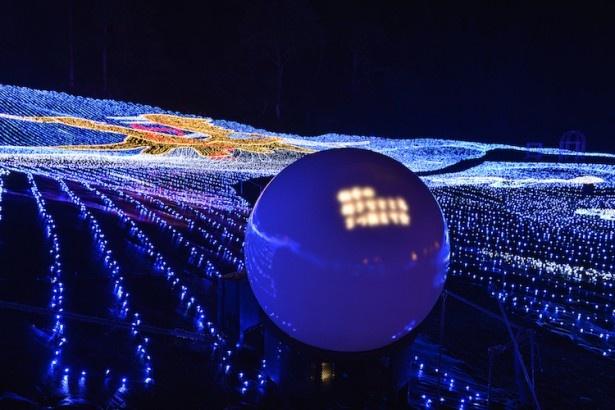 「光の双龍」内に点在する球体LED「7つの龍珠(りゅうじゅ)」。7つのうち4つは、前に立つと双龍からのメッセージが浮かび上がる仕掛けが施されている