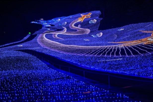 双方向グラウンドイルミネーション「光の双龍」は、昨年ギネス世界記録にも認定。写真は下から見上げた「のぼり龍」。10分に1回行われる演出も、昨年とは違う内容に