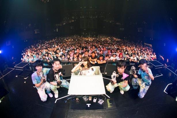 【写真を見る】ライブ終了後、植田とバンドメンバーがファンと一緒に写真をパシャリ!