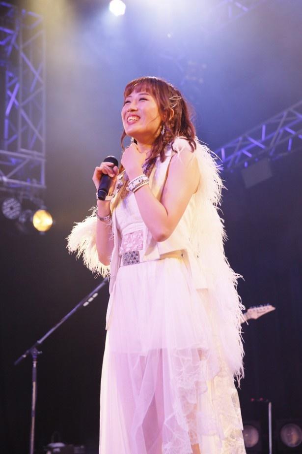 2カ月半にわたるツアーもファイナルを迎え、笑顔を見せる岡田