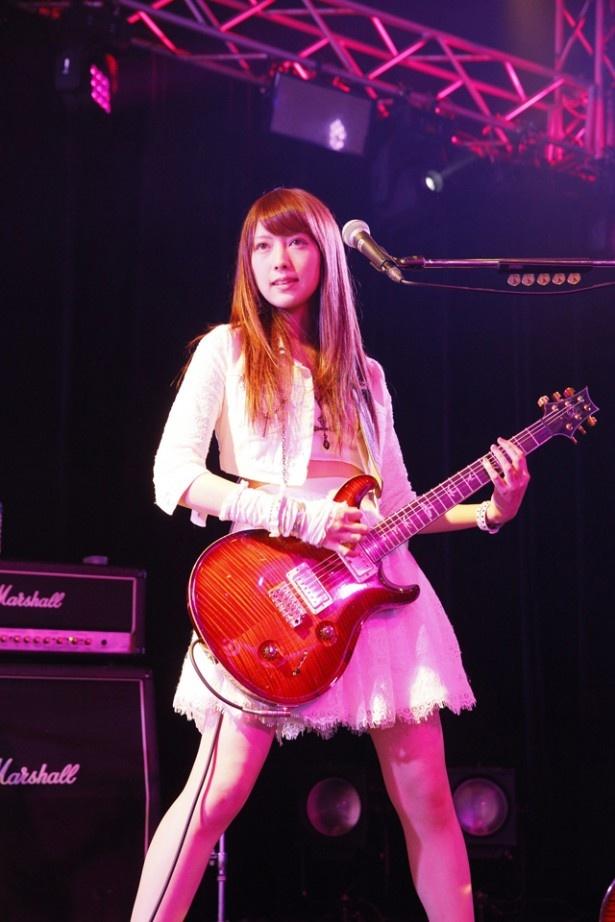 魚住と共にギターを担当する宮澤茉凜。宮澤も「田中れいなとバンドやりたい女子メンバー大募集!」オーディションで選出された
