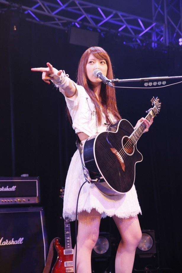 ライブで宮澤は、魚住とのツインギターによる哀愁あるインストメドレーでファンを魅了