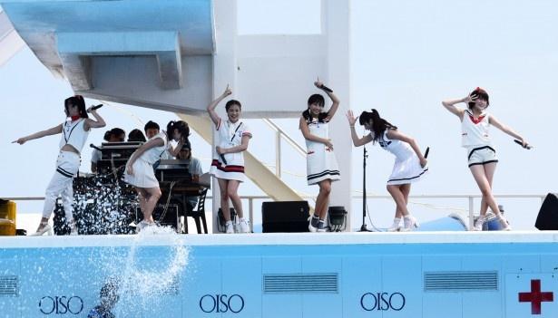 神奈川・大磯ロングビーチの特設ステージでライブを行ったLa PomPon