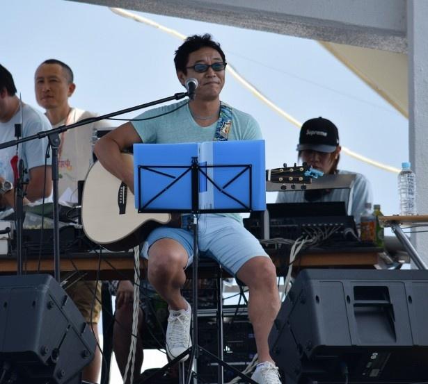 杉山はアコースティックギター1本で歌うことに