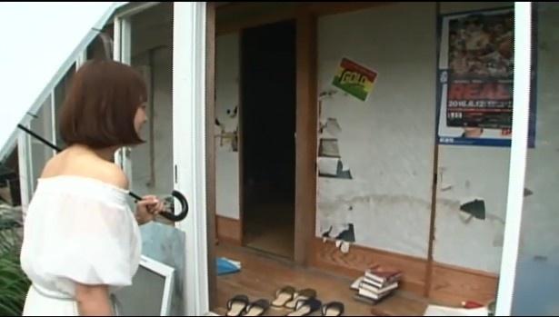 【写真を見る】あまりにもヒドイ野村の家にさとう珠緒もびっくり