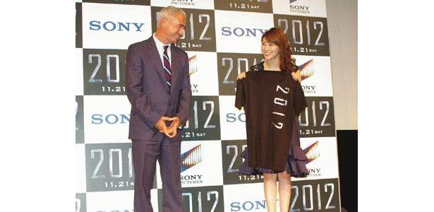 『2012』のTシャツを監督にプレゼントされてニッコリ笑顔の安めぐみ