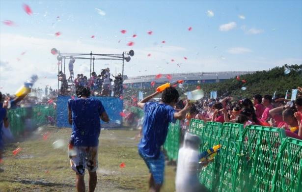 両チームから水風船が飛び交い、ランフェスの盛り上がりも最高潮に