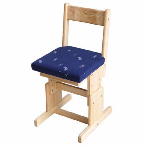 2本脚チェア fabric 36800円(税込)。背もたれは掘り込みによって座りやすく仕上げてある。