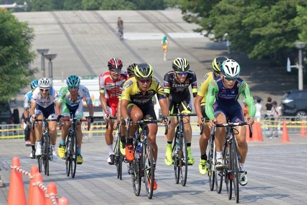 多くのサイクリストたちが白熱のレースを展開する