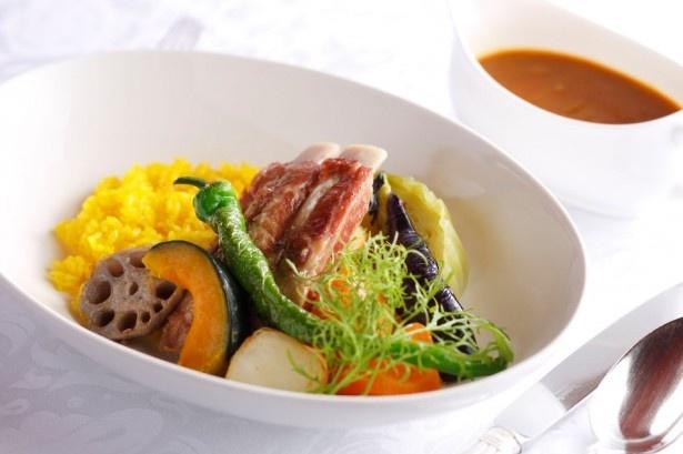 旨味が凝縮された塩漬けのイベリコ豚が絶品!「イベリコ豚スペアリブのサレと夏野菜のスープカリー」(2900円)
