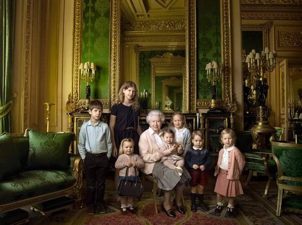 こちらの写真、ジョージ王子が着ているネイビーのセーターも、もちろん完売
