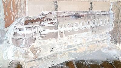 【写真を見る】ラピートなどの車両を芸術的な氷の彫刻で表現