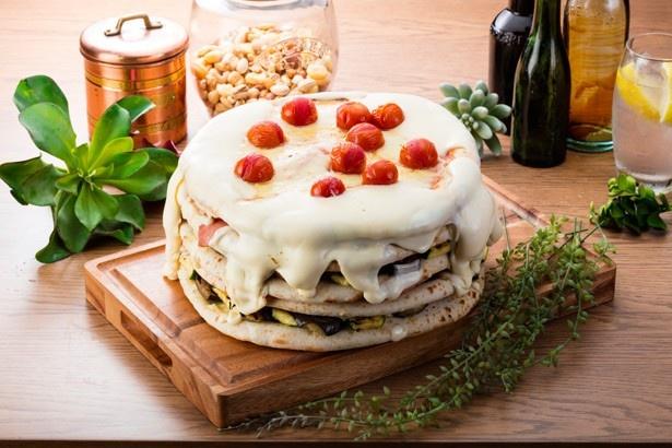 【写真を見る】ケーキにしか見えない!?ボリューム満点の「夏野菜とシャルキュトリーのミルフィーユピザ」(5800円)