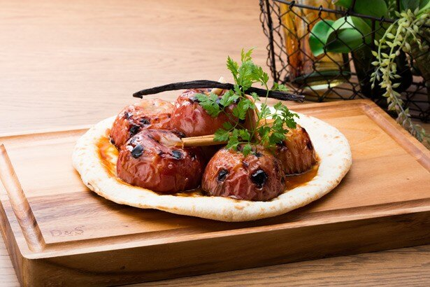 オーブンでローストしたリンゴに、シナモンが心地よく香る「まるごとアップルのタタン風ピザ」(2400円)