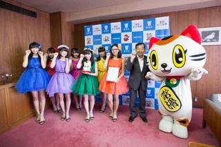 (左より)大須商店街を拠点に活動するOS☆Uの派生ユニット・まねきねこfromOS☆U、常滑市の片岡市長、招き猫をモチーフにしたゆるキャラ・トコタン