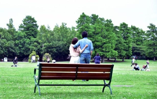 【写真を見る】公園で肩を抱き合う北斗(ディーン・フジオカ)と千和(清野菜名)