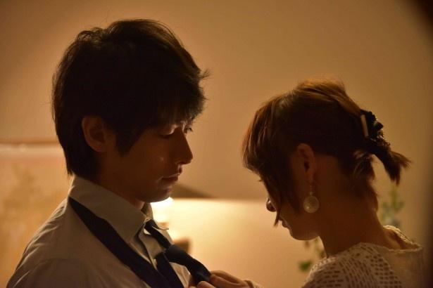 【写真を見る】北斗(ディーン・フジオカ)が美咲(篠田麻里子)に服を脱がされ…