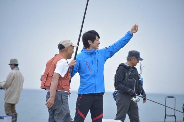 【写真を見る】釣りを楽しむ北斗(ディーン・フジオカ)