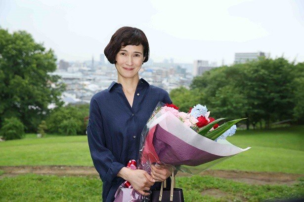 """""""オトナの土ドラ""""「朝が来る」で主演を務めた安田成美。クランクアップ時にはスタッフ全員と握手をした"""