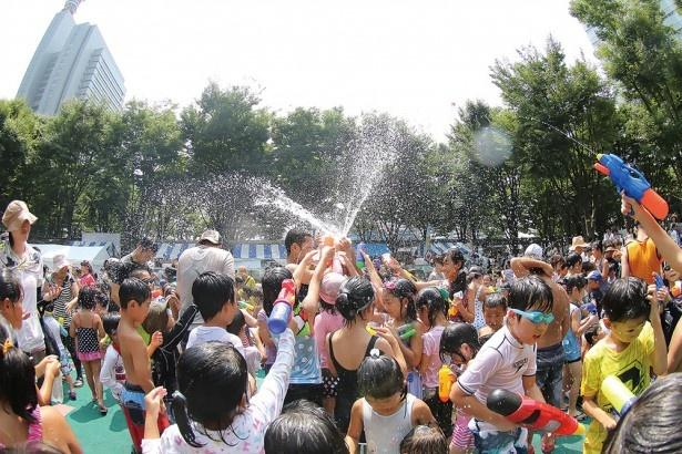着替え必須の水かけまつりは、さいたま新都心で開催