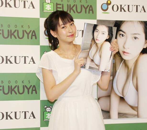 Juice=Juiceの植村あかりが2nd写真集「AKARI II」を発売し、記念イベントを行った