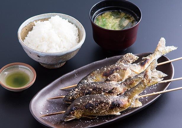 「鮎定食」(1800円)。塩生山椒を付ければ風味がより際立つ/雲井茶屋