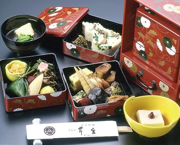季節のご飯に魚菜や山菜を合わせて3段重ねに。「三千草弁当」(2970円)※写真はイメージ/芹生