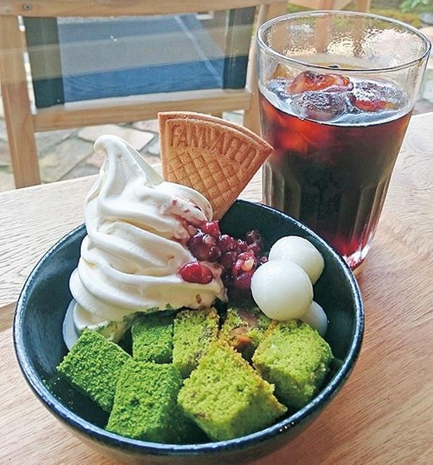抹茶ゼリー、わらび餅、白玉などが入った「抹茶パフェ」(850円)/スロージェットコーヒー 高台寺