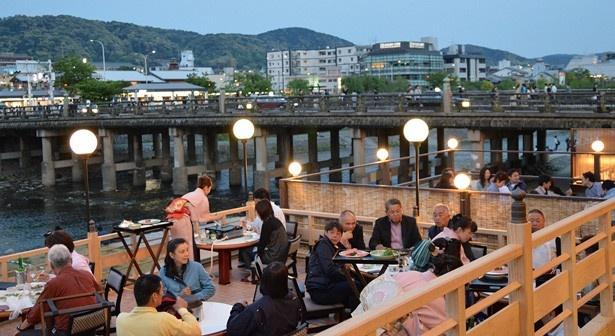 川床の席数は、すべてテーブルで65席/モリタ屋 木屋町店