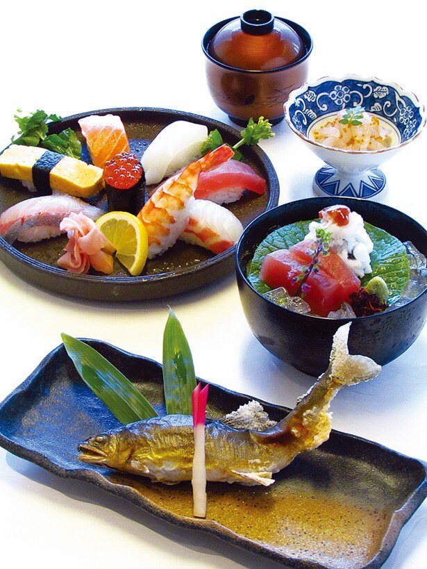 鱧おとしや鮎の塩焼きなど、にぎり8貫の盛り合わせが提供される「高瀬川」(4800円)/先斗町 かっぱ寿司