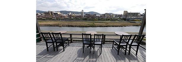 朝や昼の時間帯の鴨川を、食事をしながらゆっくり眺められる/Kawa Café かわカフェ