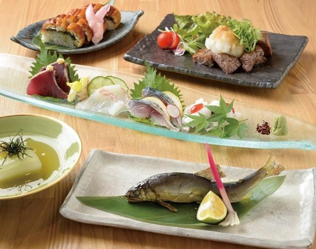 肉厚なうなぎのお寿司やあゆの塩焼き、サイコロステーキ、デザートなどの全8品からなる「季節のコース」(4500円)/まんざら 団栗橋