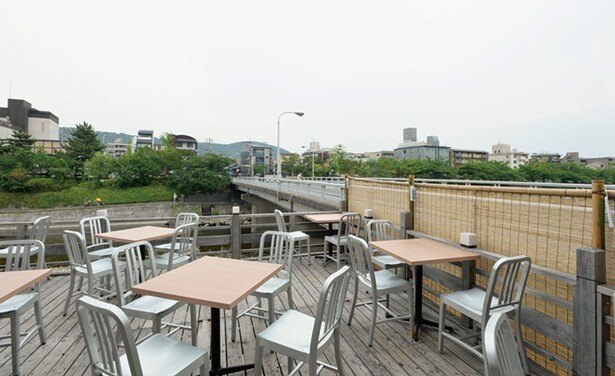 団栗橋の横にある床席。テーブル席なので、畳が苦手な人も安心/まんざら 団栗橋