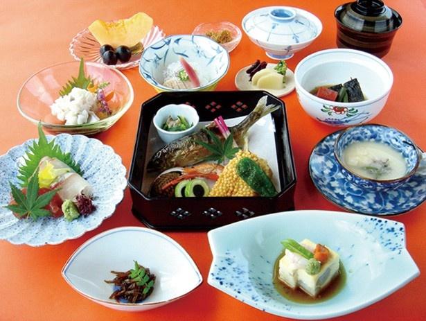 夏の四条大橋のたもとで味わうにはピッタリの「納涼懐石 松」(6480円)/先斗町 いづもや