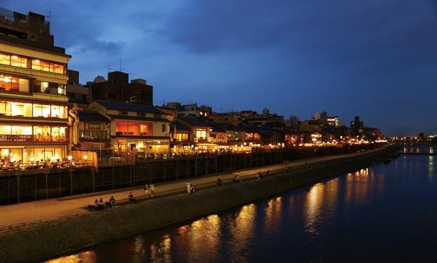 鴨川沿いの明かりが京都らしい風情を感じさせる