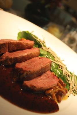 やわらかな鴨胸肉のエマンセは、香り豊かなトリュフ風味のソースとマッチ