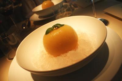 デザートは、まるごと1個のモモのコンポートとシャーベットのようなグラニテの一皿