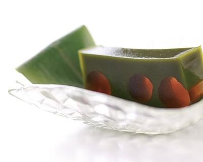 抹茶か水出し煎茶が付いてくる水羊羹「笹ほたる」(980円)/紫野和久傳 堺町店